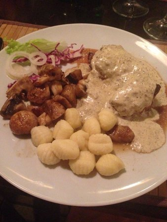 Konoba dalmatino: Beefsteak with truffles, side orders gnocchi and champs.