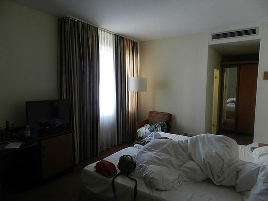 Mercure Hotel Düsseldorf City Center: номер с ванной в дальнем конце