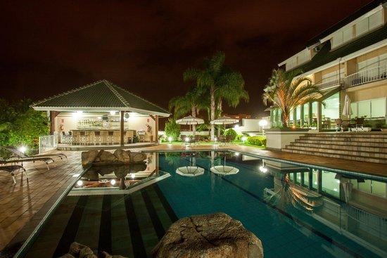 Hotel Vila Verde Atibaia : Vista noturna da piscina