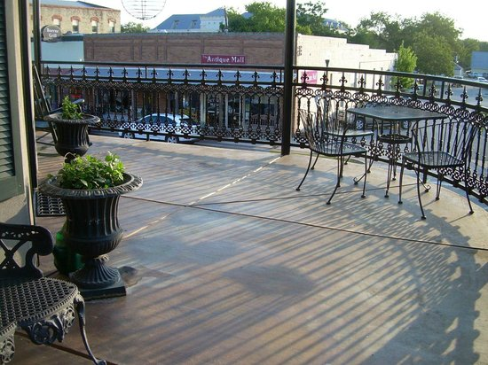 Crescent Quarters Inn: Seating outside N'Awlins