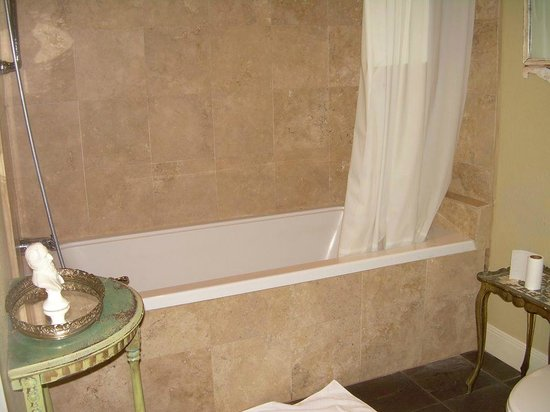 Crescent Quarters Inn: Relaxing Tub