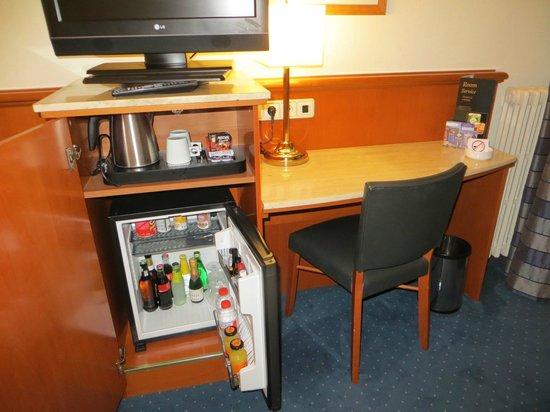 Best Western Premier Hotel Dante : Mini bar e mesa de trabalho