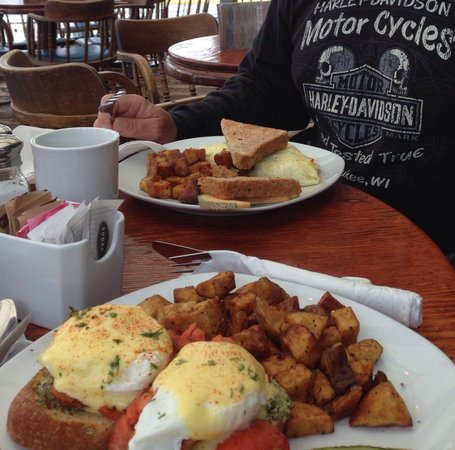 Flying Beaver Bar & Grill: Salmon eggs Benny and omelet across from it