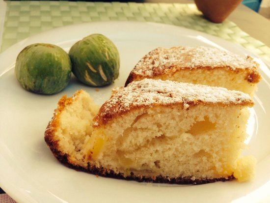 B&B Aria di Mare: Fresh Figs and Home Baked Warm Apple Cake.  Even my grandma would have loved that!   Delight