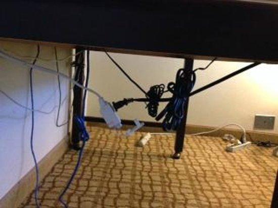 Doubletree Hotel Bethesda : Desk wiring