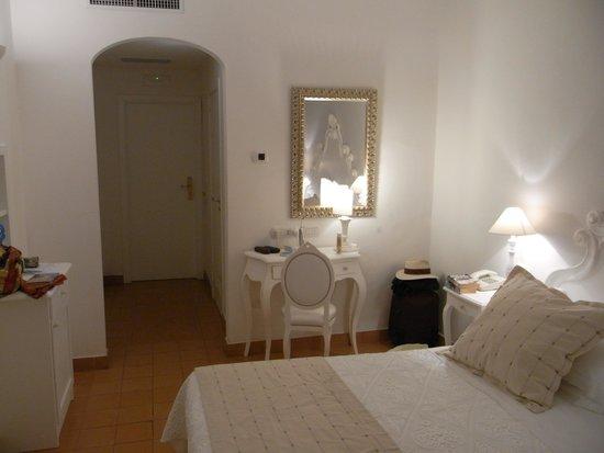 Villa Romana Hotel: View of room towards door
