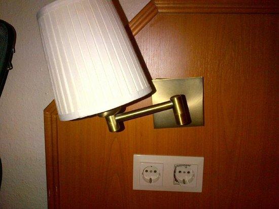 Hotel Lumen : broken power outlet