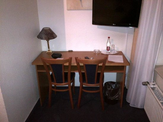 Hotel Lumen: Desk