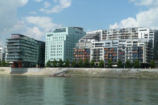 Grand Hotel River Park Bratislava: Vom Fluss aus gesehen