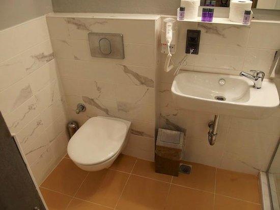 NY-IST Suites : Bathroom