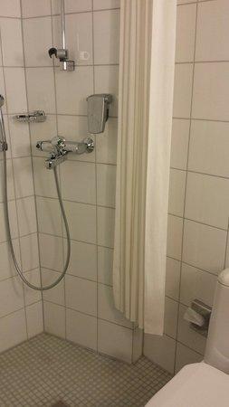 Original Sokos Hotel Vaakuna: Basic shower