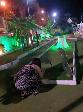 Parque de minigolf: Leighann lining up a shot into the Mushroom