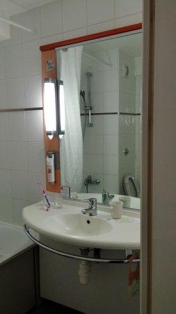 Ibis London Heathrow Airport: Bathroom