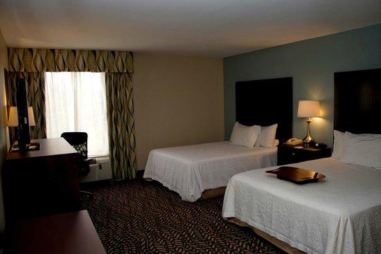 Hampton Inn Marshall: Double queen guest room