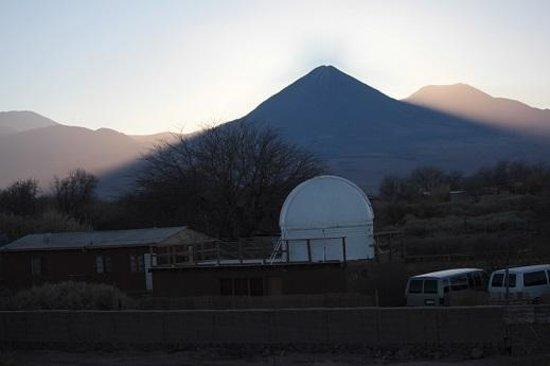 Tierra Atacama Hotel & Spa: Amanhecer e o vulcão Licancabur