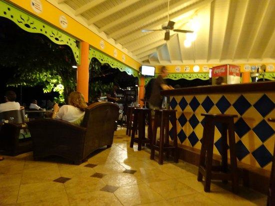 Grand Pineapple Beach Negril: Bar at hotel