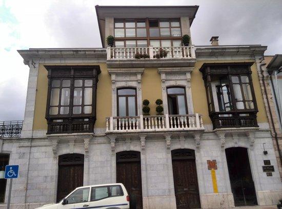 La Pontiga .: Fachada principal en la Calle Covadonga.