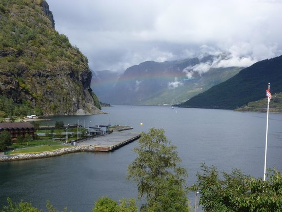 Flamsbrygga Hotell: Hotel sits right on the fjord