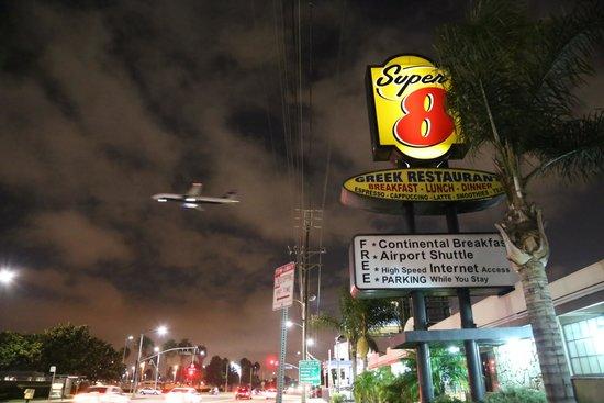 Super 8 Torrance LAX Airport Area: Ingresso del Super 8, con un aereo versol'atteraggio