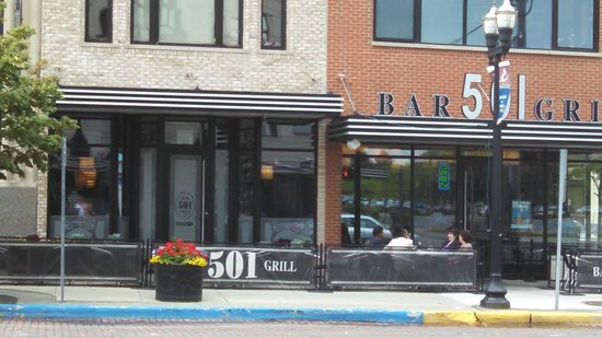501 Bar and Grill: Outside seating area