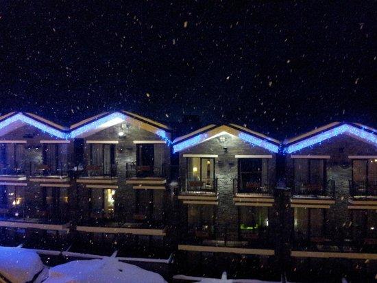 Himalaia Soldeu: Vista desde la habitación. Nevando en Soldeu