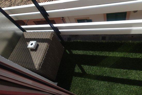 Hotel Feliz: Balcony!!! really??