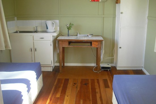 Te Aroha Holiday Park and Backpackers: budget twin cabin