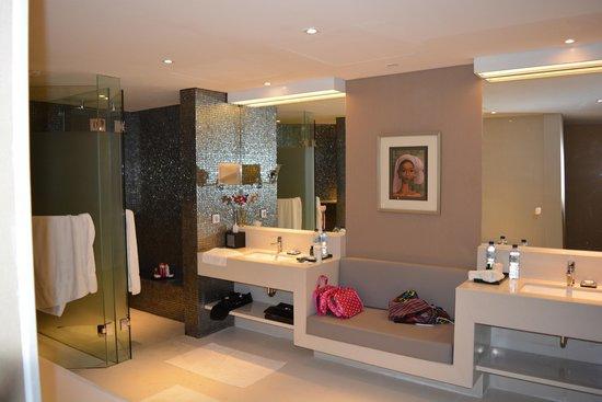 Double-Six Luxury Hotel Seminyak: bathroom