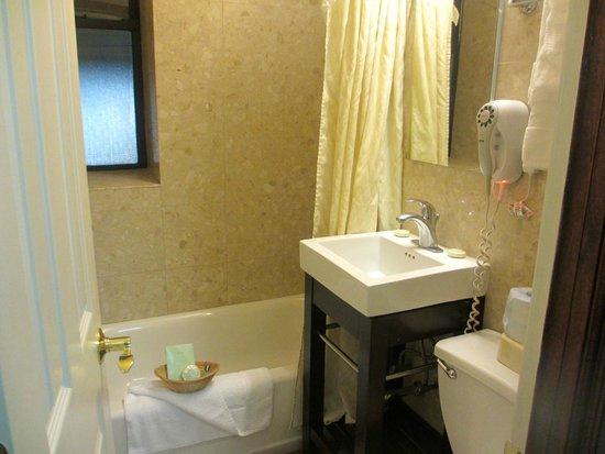 Radio City Apartments : Room 311 bathroom