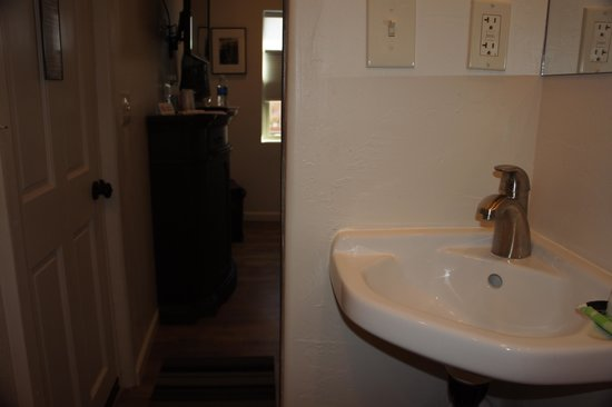 The Iron Horse Inn: Bathroom