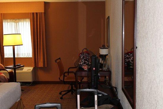 La Quinta Inn & Suites Baltimore BWI Airport: looking into room from door