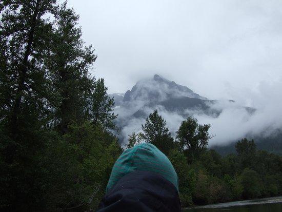 Bella Coola Mountain Lodge: Mountain backdrop