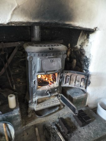 Glenmalure Hostel: The cast iron stove