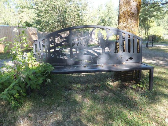Wolf Haven International: Gorgeous park benches