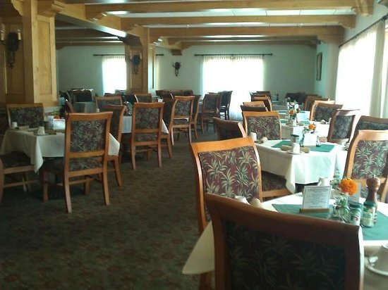 The Oaks at Ojai: the dining room - a good place to make friends