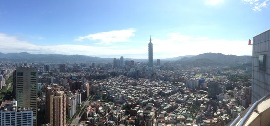 Shangri-La's Far Eastern Plaza Hotel Taipei : View from the rooftop pool area.  Pretty much the same view from my room.
