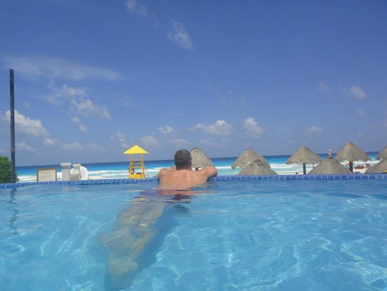 Golden Parnassus All Inclusive Resort & Spa Cancun: Infinity pool view