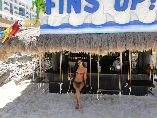 Golden Parnassus All Inclusive Resort & Spa Cancun: Beach Bar - awesome service