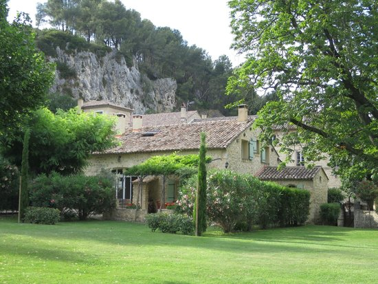 Moulin de la Roque : View of the villa from the estate grounds