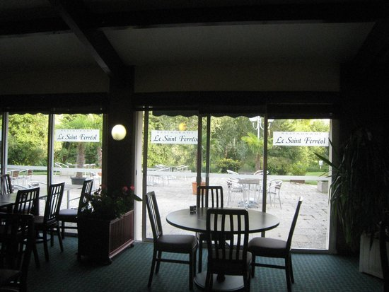 Hotel Ibis Essomes-sur-Marne: looking out the dining area towards the river