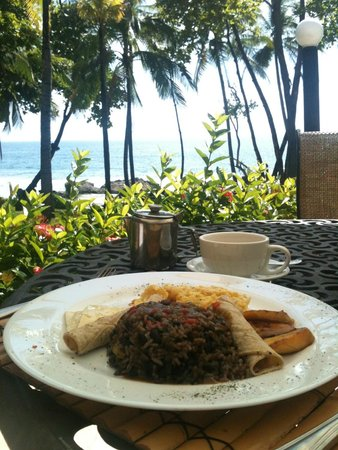 Ylang Ylang Beach Resort: The view from breakfast