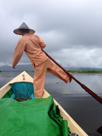 Myanmar Treasure Inle Lake : Leg rowing towards resort after boat engine has been stopped to avoid noises in the resort compo
