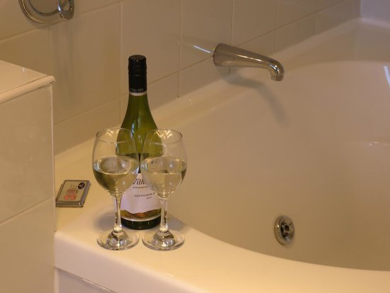 Boutique Motel Nelson: Enjoy bubbles whilst you soak in our luxurious double person Spa bath.