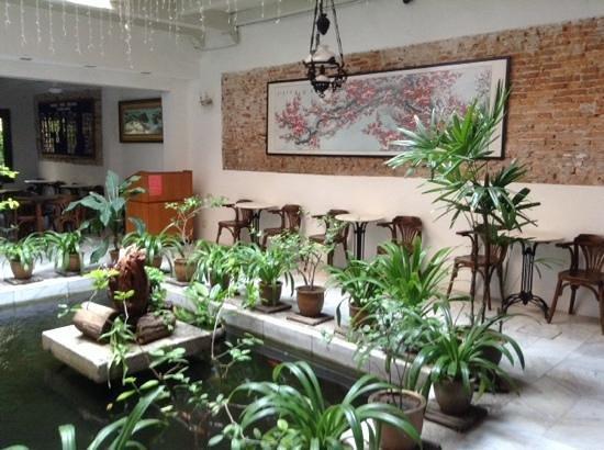 Hotel Puri: An atrium by the breakfast buffet area.