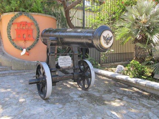 Gibraltar Botanic Gardens (The Alameda) : Русские пушки, подарены Гибралтару после Русско-Турецкой войны сер. 19 века