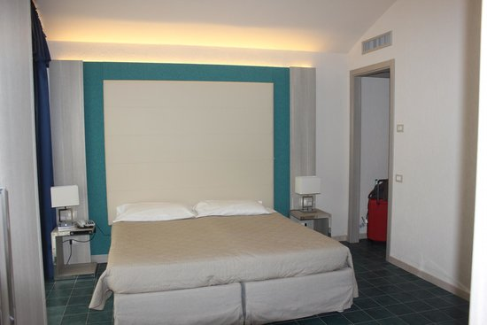 Club Alicudi Hotel : chambre spacieuse