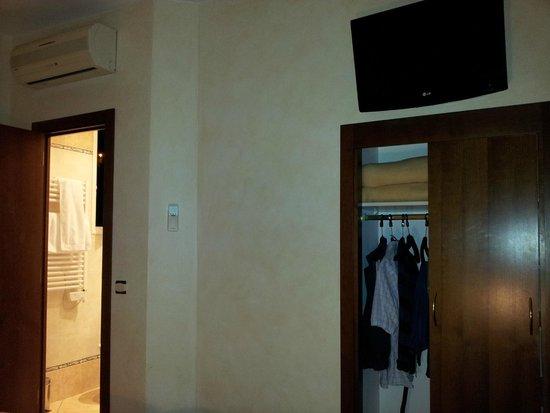 Hotel de la Darse: Angolo della camera con piccolo armadio a muro