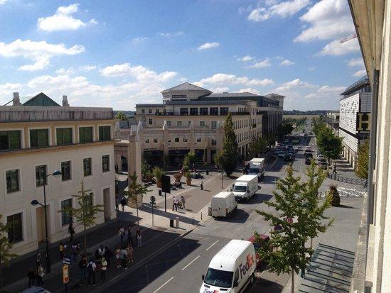Hôtel l'Elysee Val d'Europe : Il centro commerciale e la fermata della navetta;l'uscita dell'hotel si trova all'altezza del fu