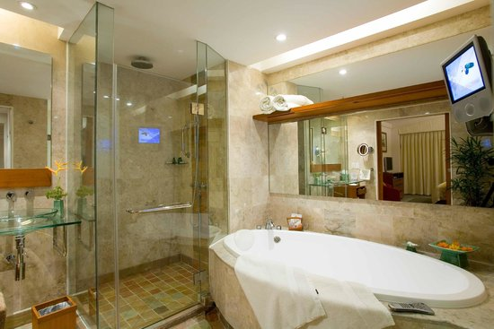 Fiesta Resort & Spa Saipan: executive suite bath room