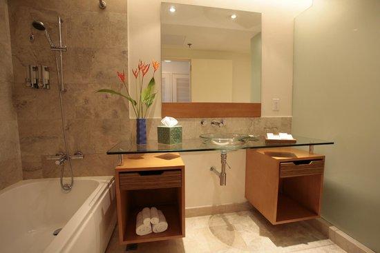 Fiesta Resort & Spa Saipan: std. room bath room